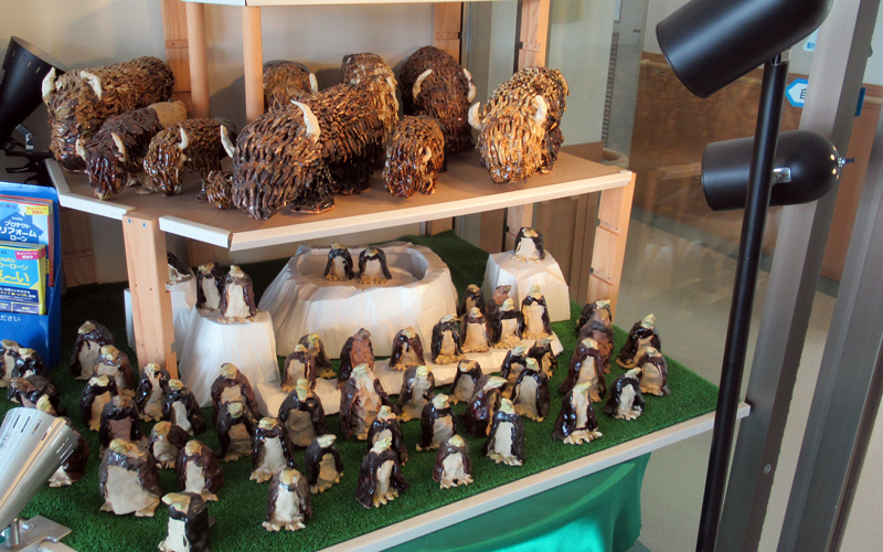 こいしろの里・玄関には陶芸作品が展示されています