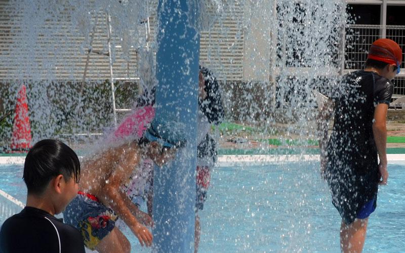 子供たちといっしょに、プールに行きました!