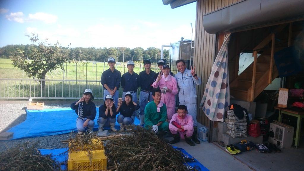 10月4日明野高校の学生さんと利用者さんと一緒にゴマの脱穀作業をしました